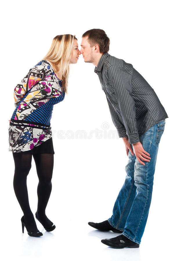 美好的夫妇愉快的亲吻的纵向年轻人 免版税库存图片