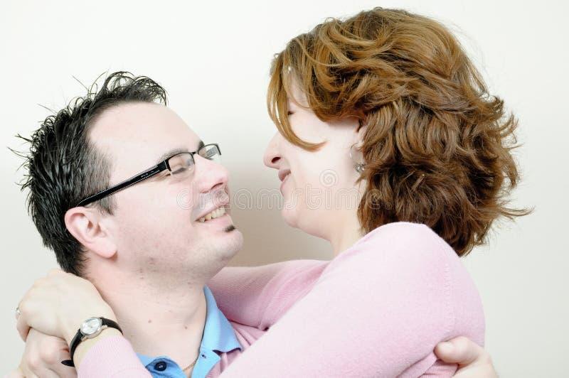 美好的夫妇愉快的微笑的年轻人 免版税图库摄影