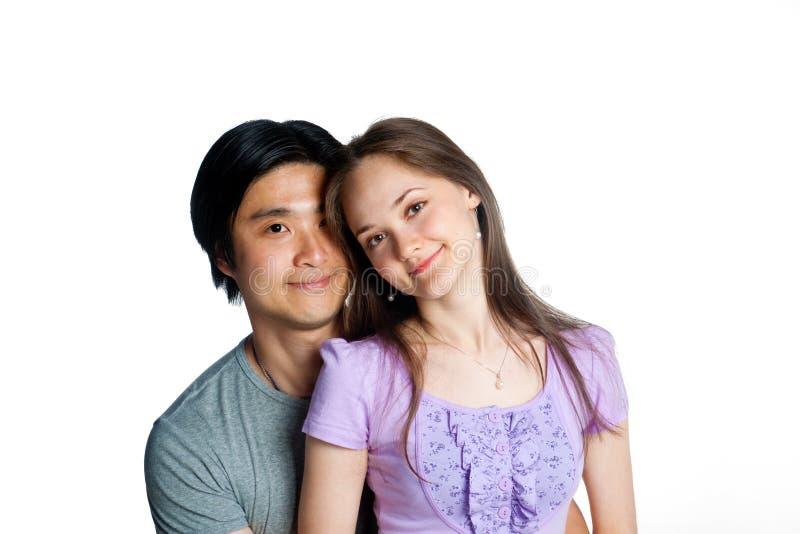美好的夫妇拥抱年轻人 免版税库存图片