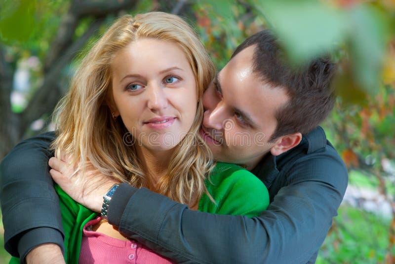 美好的夫妇放松的年轻人 图库摄影