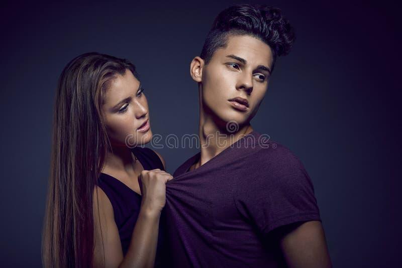 年轻美好的夫妇时尚画象  库存照片
