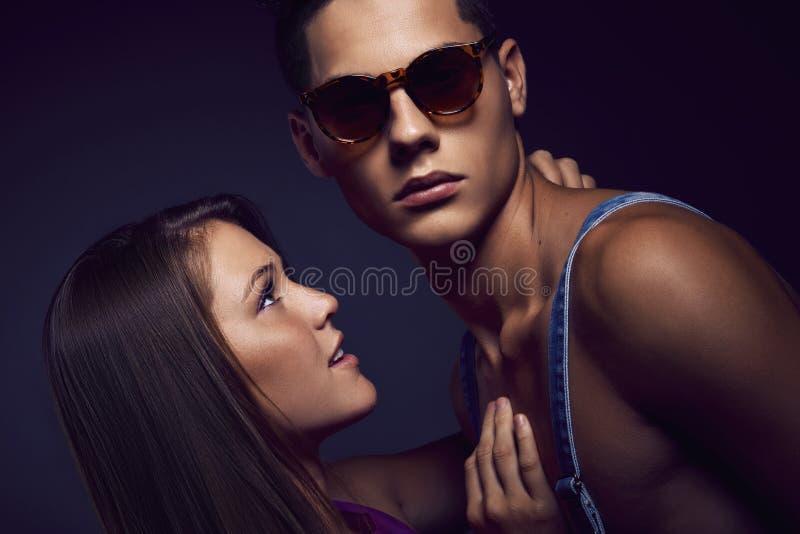 年轻美好的夫妇时尚画象  图库摄影