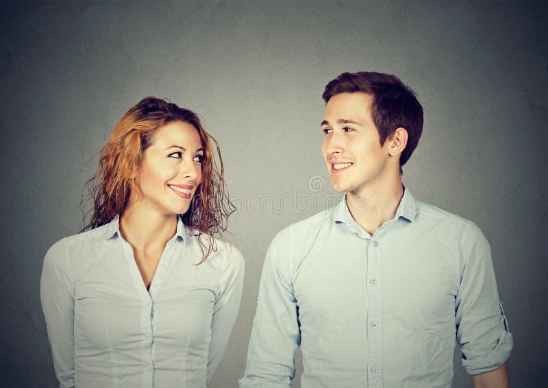 美好的夫妇看彼此和微笑 图库摄影