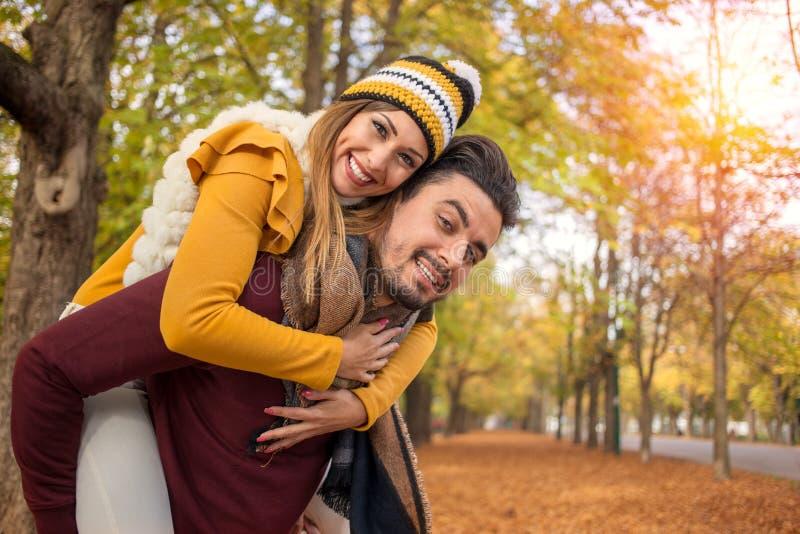 美好的夫妇肩扛在秋天 免版税库存照片