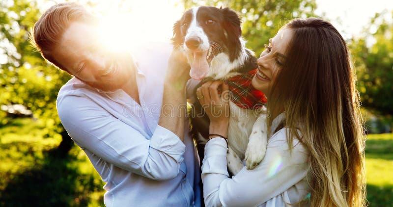 美好的夫妇走的狗和结合本质上 免版税库存图片