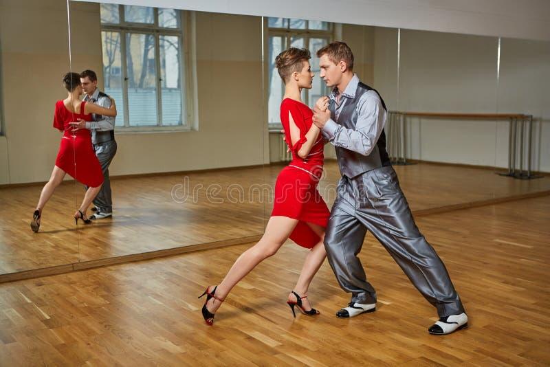 美好的夫妇跳舞探戈 免版税图库摄影