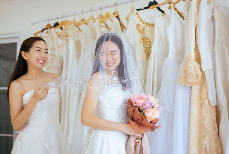 美好的夫妇LGBT女同性恋的亚洲新娘幸福画象和滑稽一起,仪式在婚礼那天 免版税库存照片