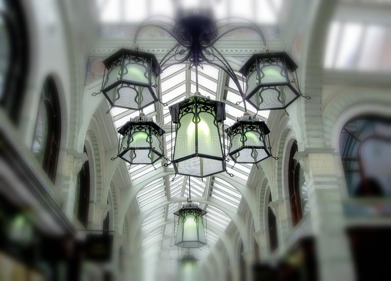 美好的套减速火箭的灯在购物中心 库存图片