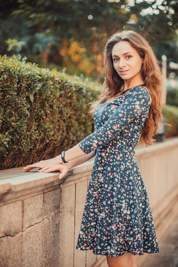 美好的女孩妇女模型走和poseing在公园 图库摄影