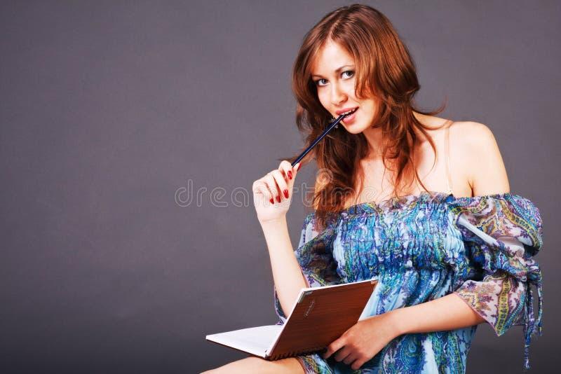 美好的女孩诗歌写年轻人 免版税库存照片