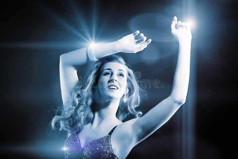 美好的女孩跳舞在俱乐部迪斯科 免版税库存图片