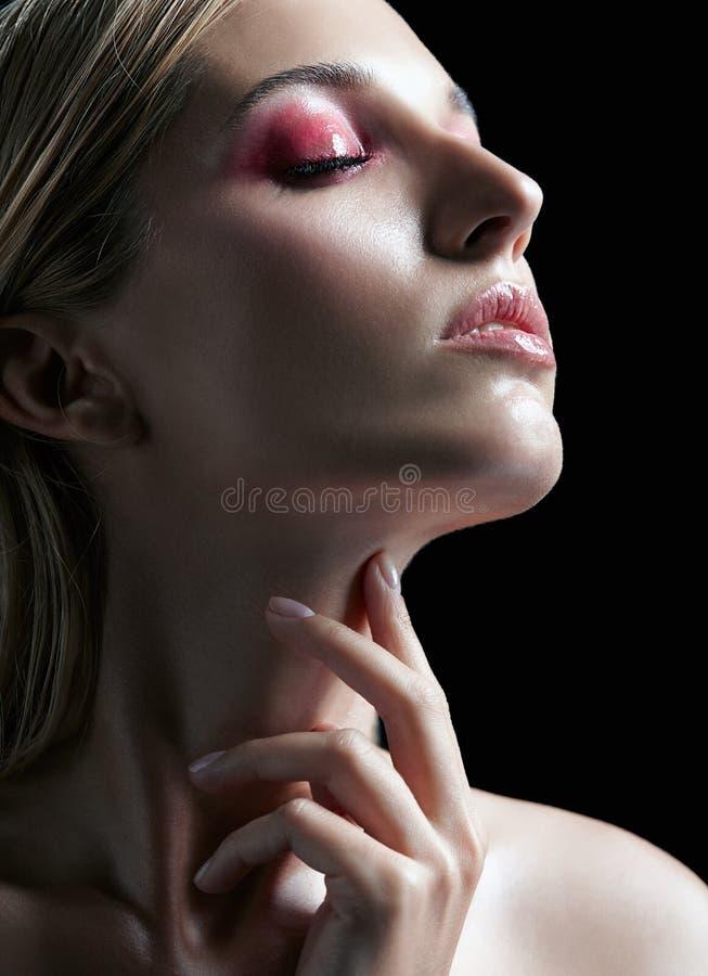 美好的女孩portrait 有长的金发的年轻女人 免版税图库摄影