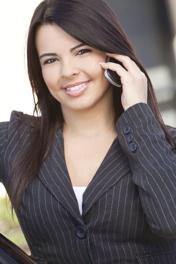 美好的女实业家电池西班牙电话使用 免版税图库摄影