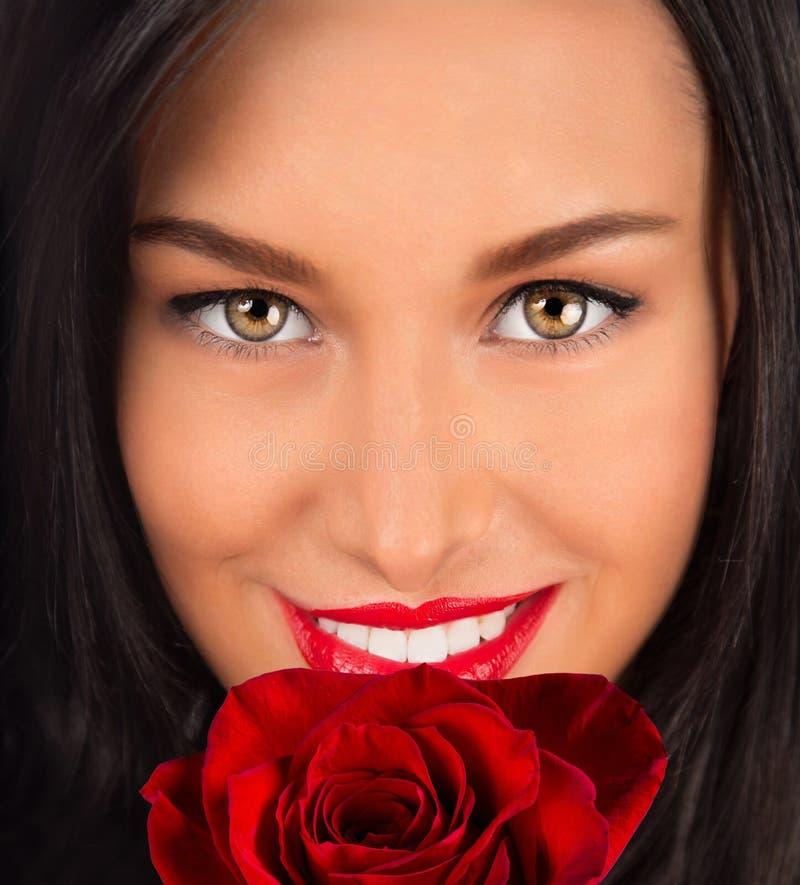 美好的女性举行的玫瑰花束,华伦泰或妇女` s天 免版税库存图片