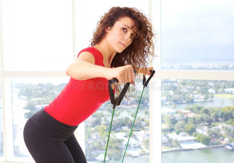 美好的女性做的抵抗训练 免版税库存照片