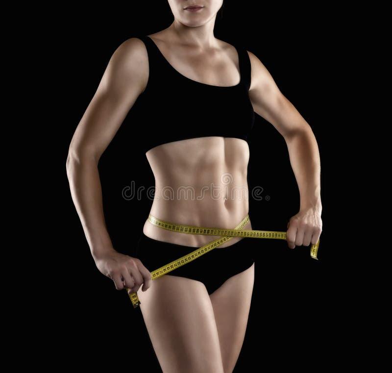 美好的女性健身塑造胃、躯干和腹肌。 免版税图库摄影