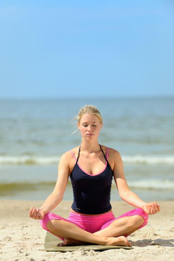 美好的女性锻炼 免版税库存图片