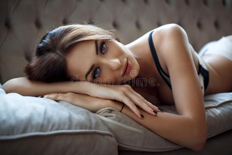 美好的女用贴身内衣裤的年轻性感的妇女 免版税库存照片