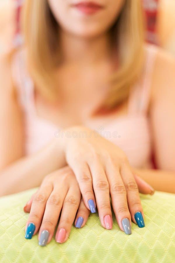 美好的妇女指甲盖修指甲丙烯酸酯的指甲油  库存图片