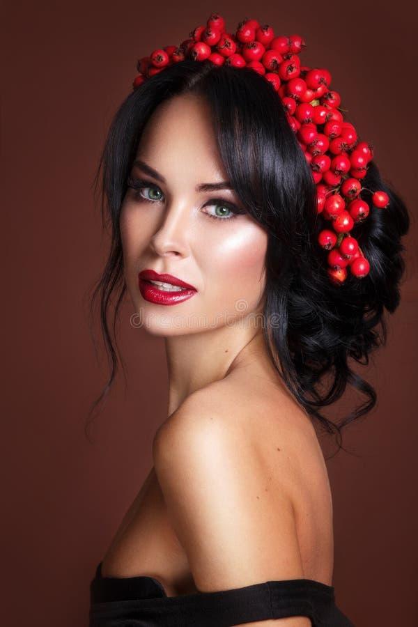 美好的妇女时装模特儿秋天画象与秋天叶子和花揪花圈的 免版税图库摄影