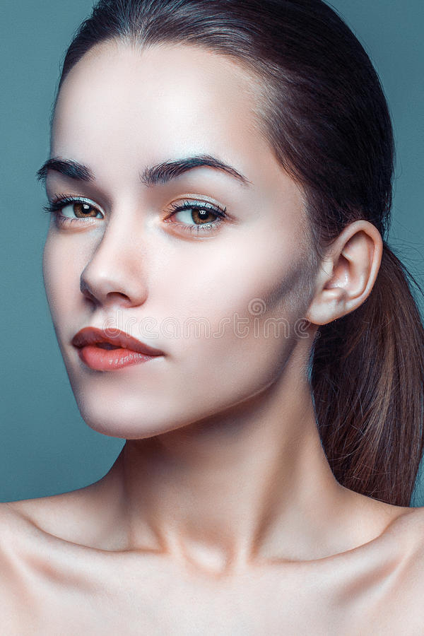 美好的妇女模型魅力画象与新每日构成的 免版税库存照片