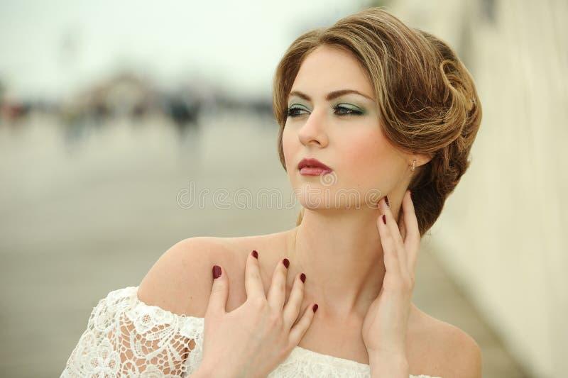 美好的妇女模型魅力画象与新每日构成的 库存照片