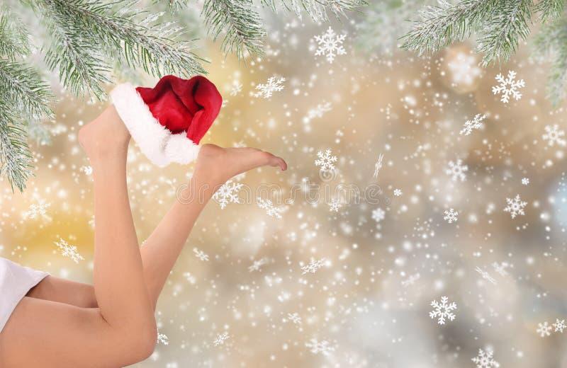 美好的妇女腿有圣诞节背景 免版税库存图片