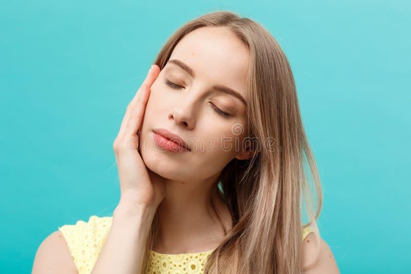 美好的妇女面孔画象秀丽护肤概念:接触她的面孔皮肤的秀丽年轻白种人女性式样女孩 库存图片