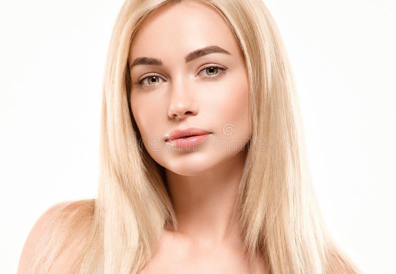 美好的妇女面孔画象秀丽护肤概念 时尚与美丽的头发的秀丽模型 免版税库存图片