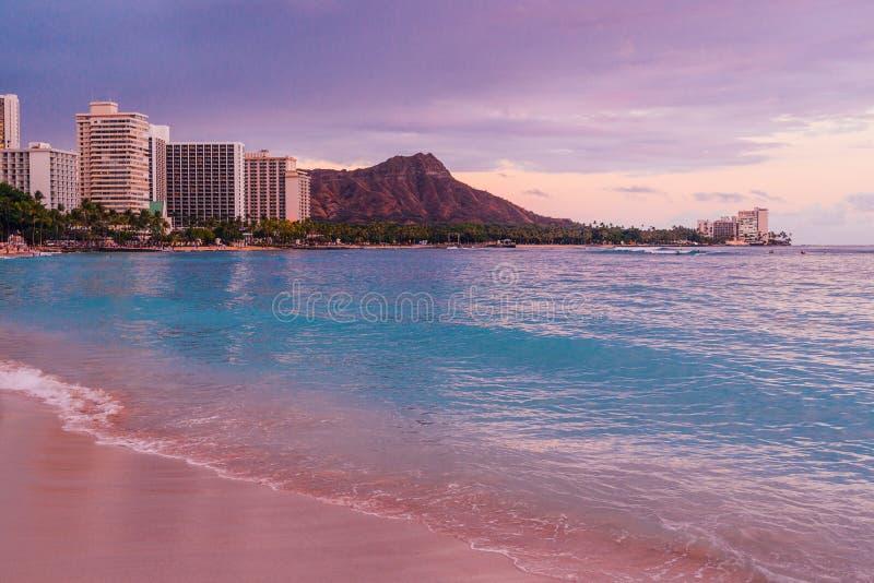 美好的威基基海滩紫色日落 库存照片