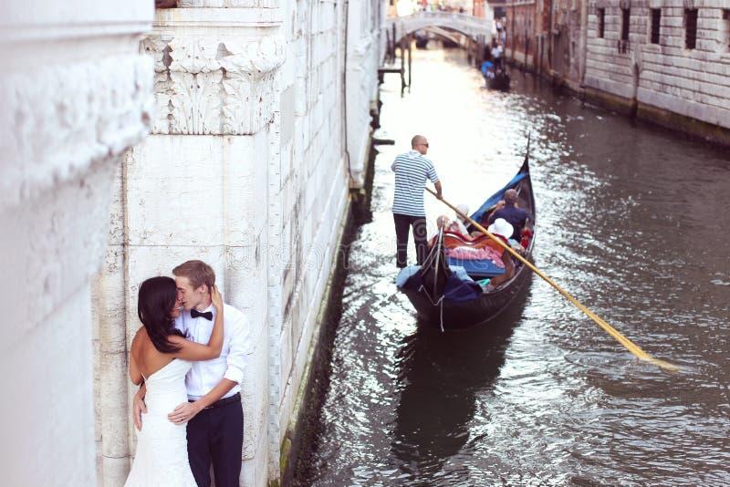 美好的婚礼夫妇在威尼斯 库存照片