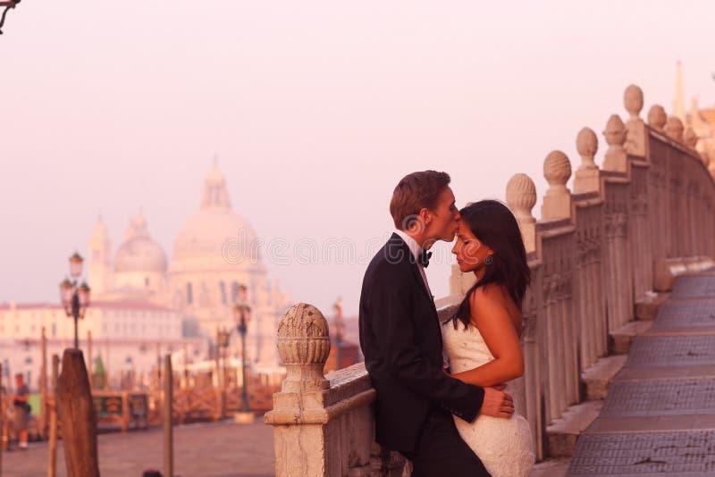 美好的婚礼夫妇在他们的蜜月的威尼斯 库存照片
