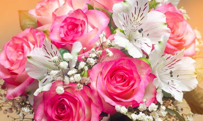 美好的婚礼花束开花,桃红色玫瑰 关闭 免版税库存图片