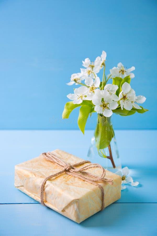 美好的嫩白色开花的branche礼物盒和花束  库存照片