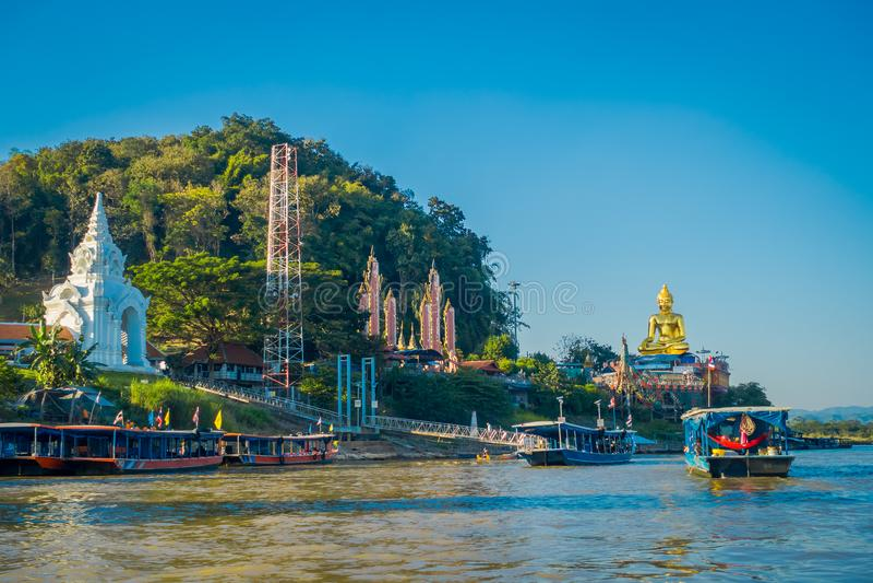 美好的室外观点的游船的游人参观金黄budha的一个小组位于金黄三角老挝 库存照片