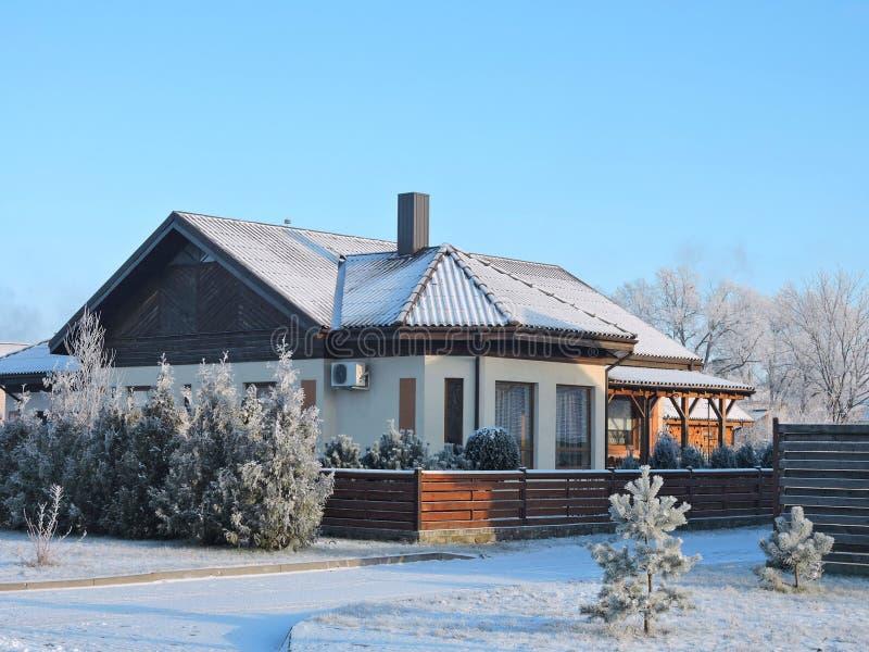 美好的家在冬天,立陶宛 库存图片
