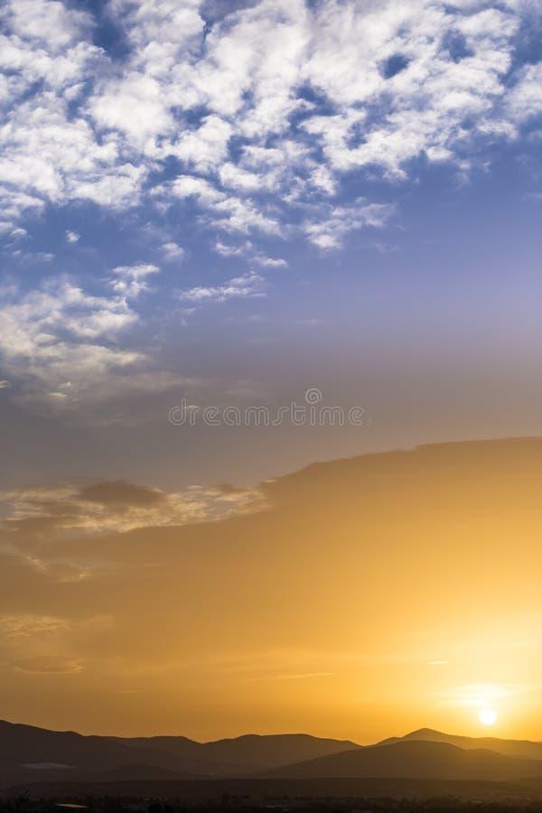 美好的富有的橙色日落的风景看法 库存图片