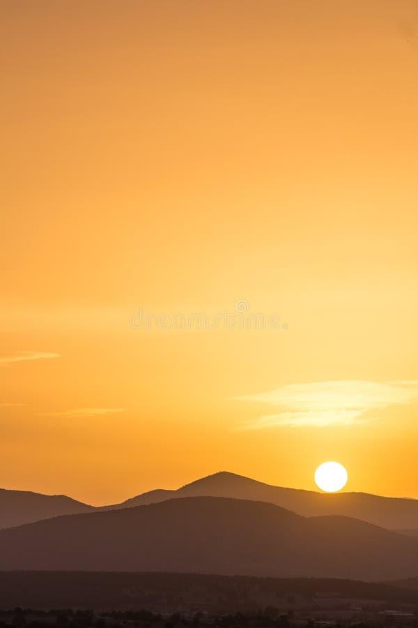 美好的富有的橙色日落的风景看法 库存照片