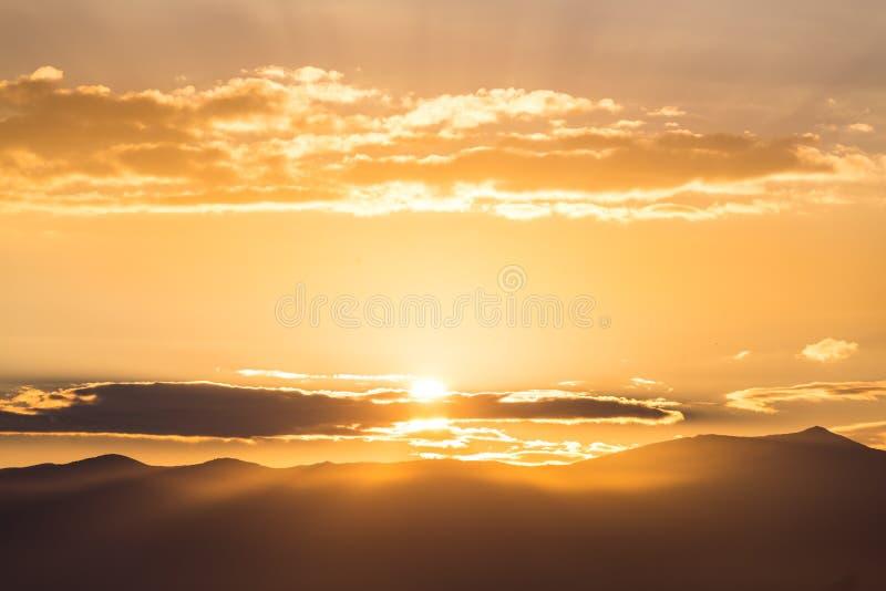 美好的富有的橙色日落的风景看法 免版税库存照片