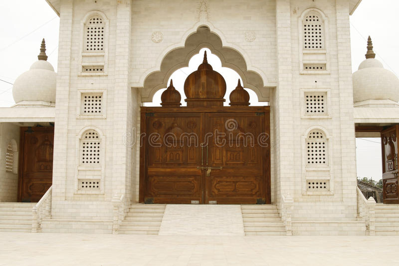 美好的对木的门圣洁印度寺庙 免版税库存照片