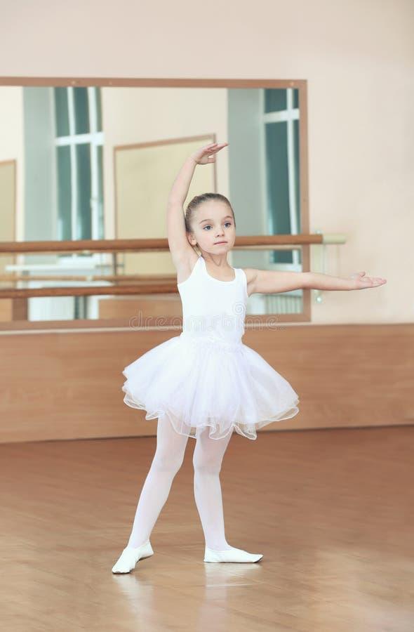 美好的小女孩实践的芭蕾 免版税库存图片