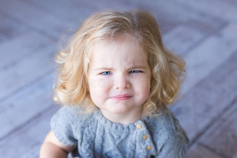 美好的小孩女孩皱眉 Ð ¡丢失画象 室内照片 库存图片