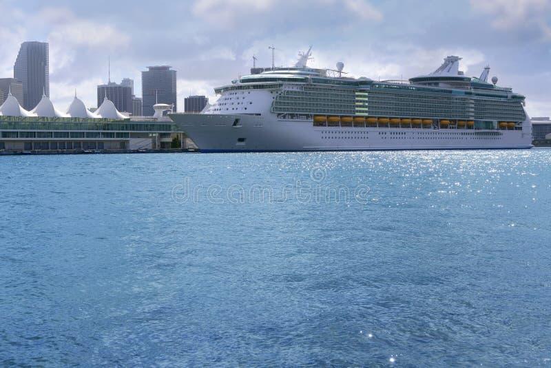 美好的小船巡航街市迈阿密假期 免版税库存图片