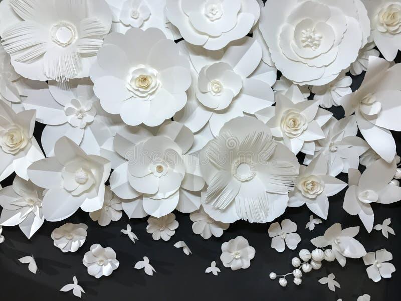 美好的小组与由纸做的小蝴蝶的品种样式手工制造Quilling白色花卉样式在黑织品墙壁 图库摄影