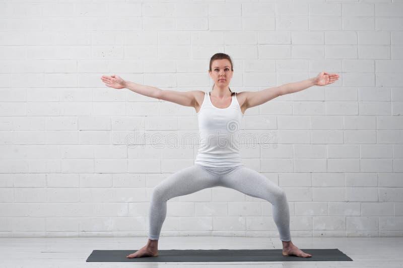 美好的少妇实践的瑜伽姿势 免版税库存图片