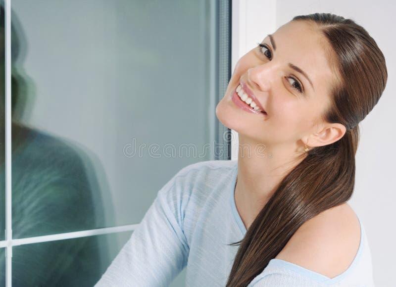 美好的少妇relaxin在家在轻松的毛线衣 免版税库存图片