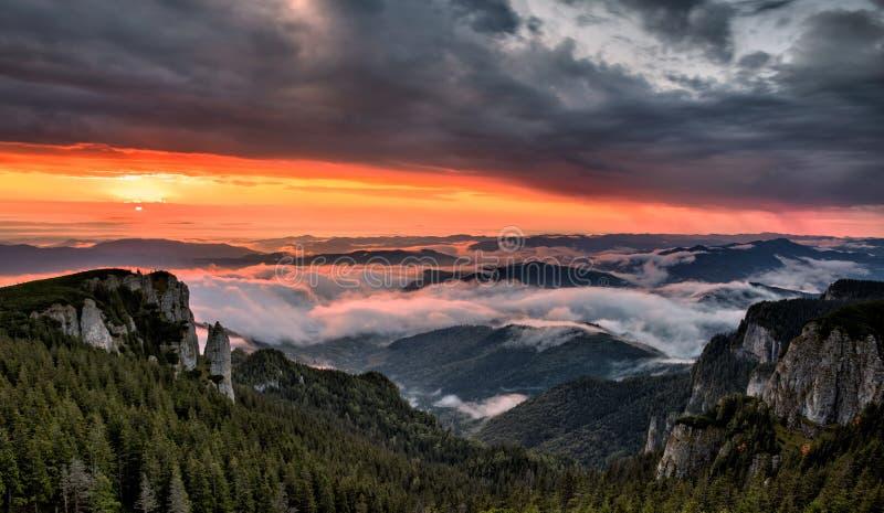美好的山景的全景与雾的在日出的峰顶 图库摄影