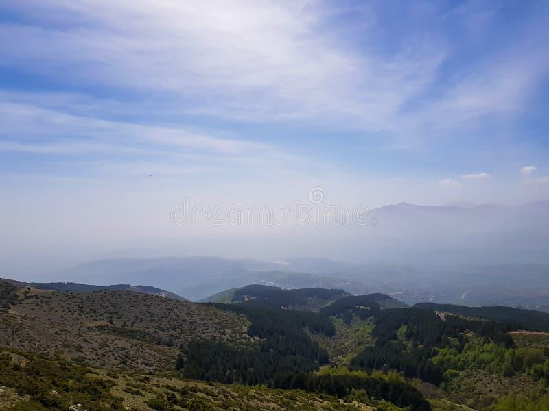美好的山风景、小丘陵和山sillhouette 库存照片