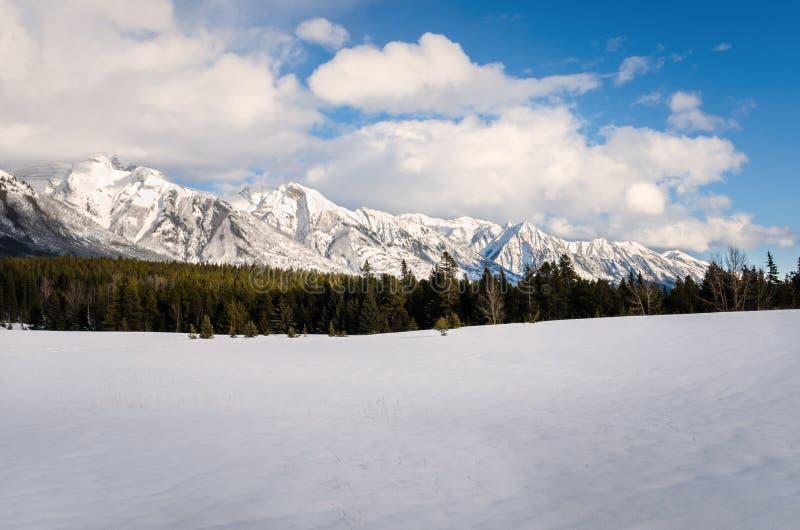 美好的山风景在冬天和蓝天 图库摄影