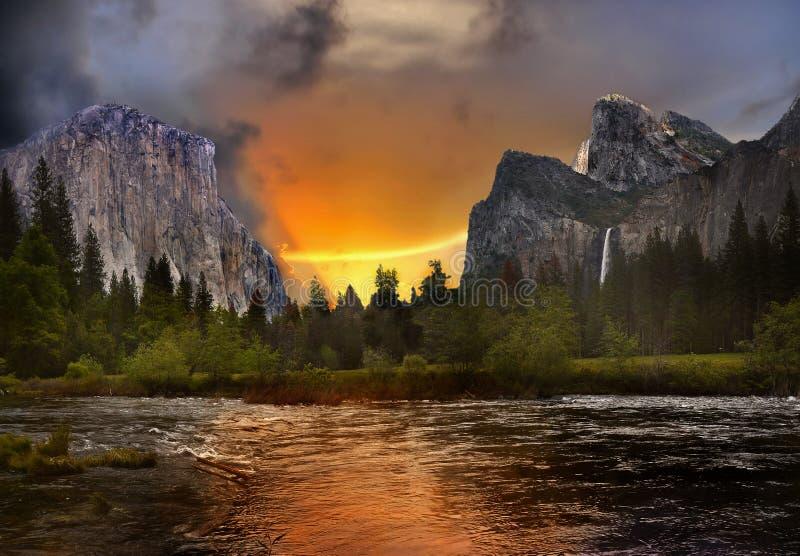 美好的山风景日落,剧烈的暴风云 免版税库存照片